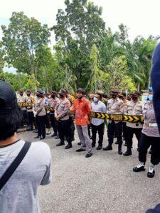 Ahmad Triadi (baju batik), Anggota DPRD Fraksi Hanura dihadapan Aliansi Mahasiswa Nunuakan