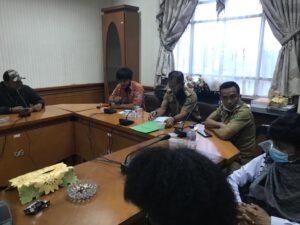 Ahmad Triadi ( baju batik ) dalam rapat bersama aliansi mahasiswa Nunukan